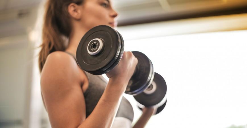 Los 9 ejercicios con mancuernas en casa que necesitas