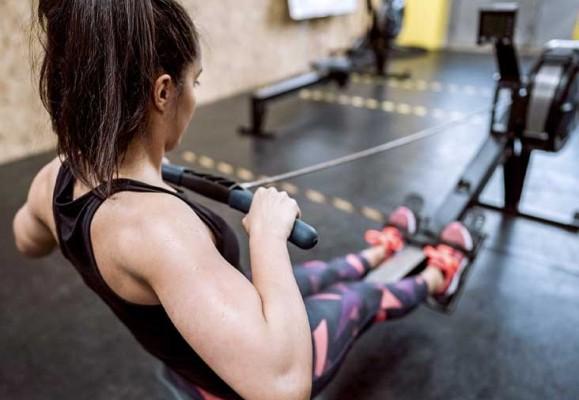 Los 9 beneficios de usar máquina de remo sentado