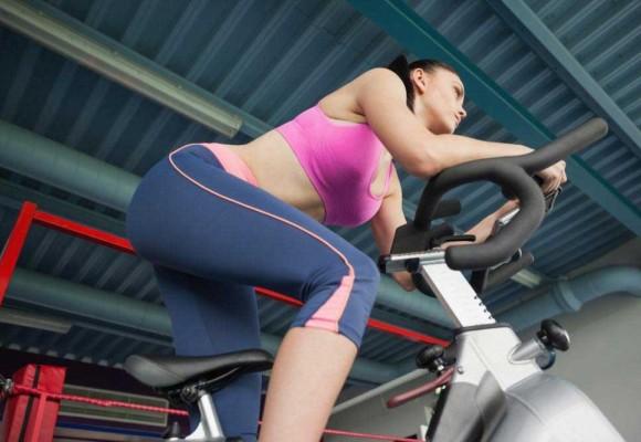 Cómo ejercitar sus glúteos con la Bicicleta estática