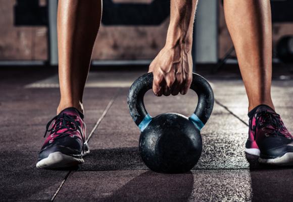 4 ejercicios con kettlebell o pesas rusas para tu entreno